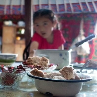 Getrockneter Quark und Milchtee bei einer kasachischen Familie.