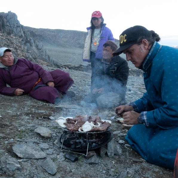 Grillieren unter den interessierten Blicken der Nomaden.