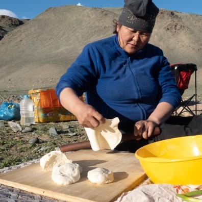 Bayra beim Zubereiten vom Fladenbrot Gambir.